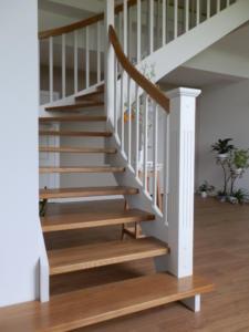 Schody drewniane dębowe z białymi policzkami (3)